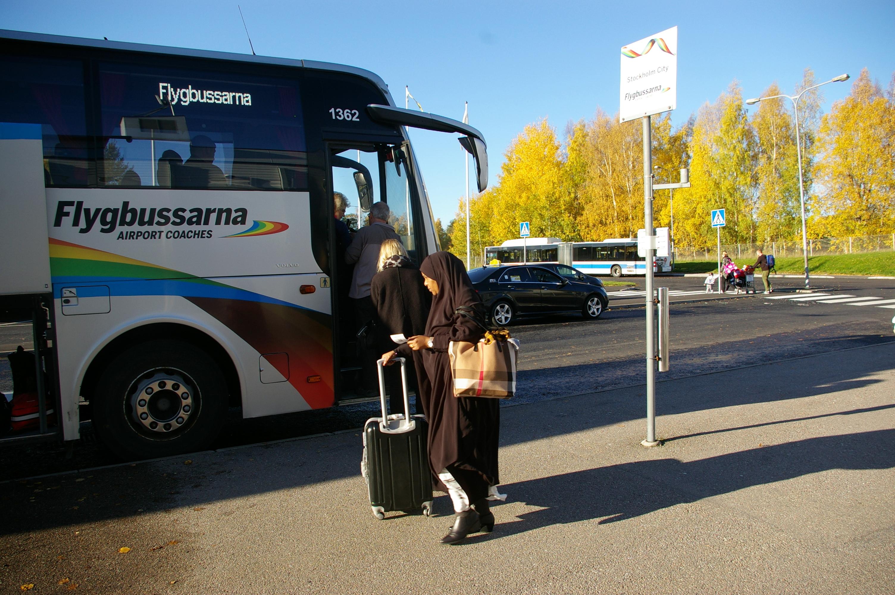 Passagerare på Västerås flygplats tar bussen till Stockholm. Foto: Erik Hjärtberg